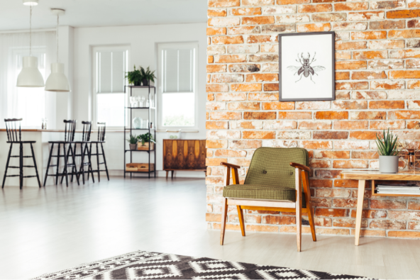 Newyourkerstil i stueomraade med rå murstensvaeg